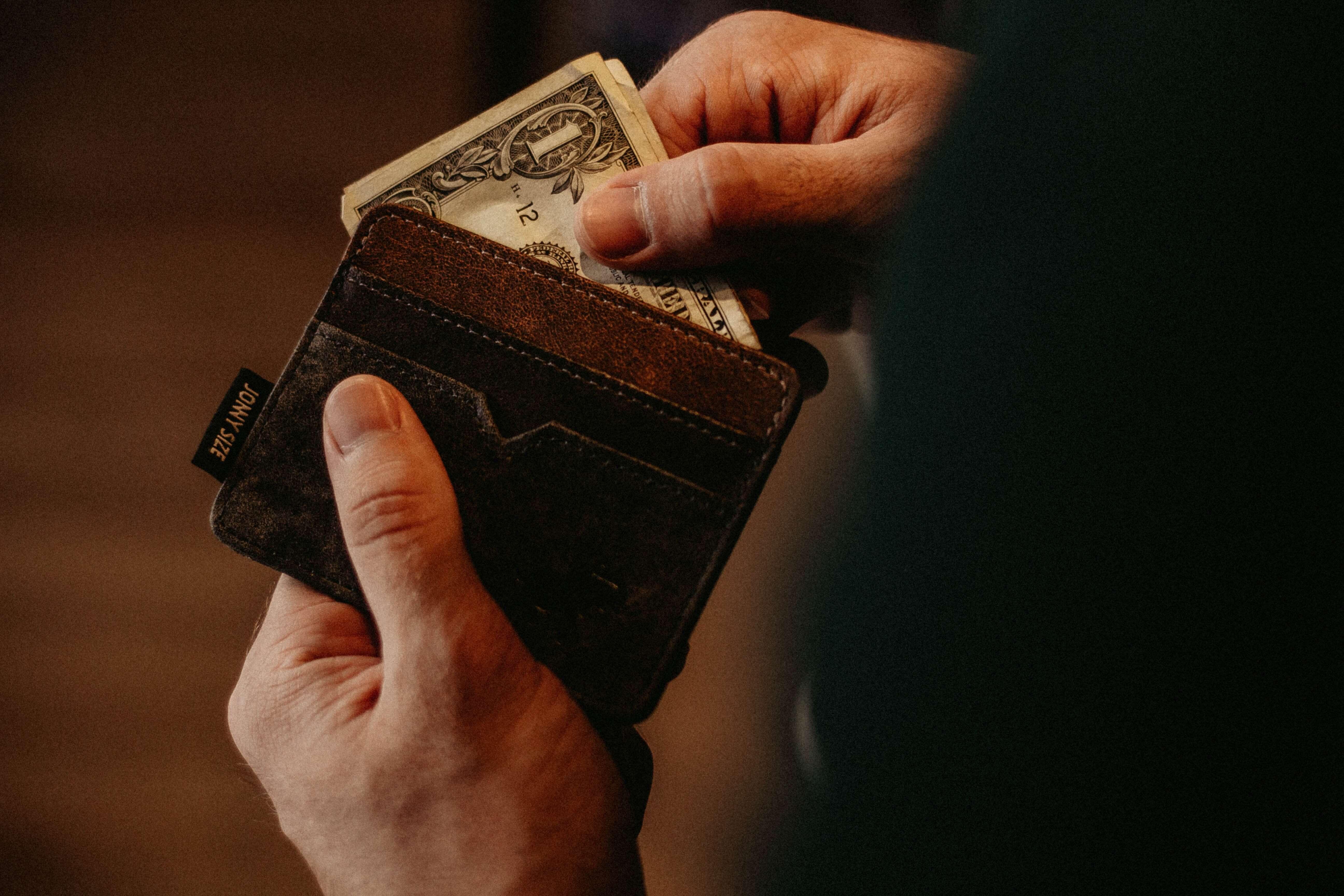 Pengar i en plånbok